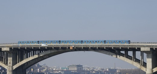 A metro train moves along a bridge over the Dnipro River in Kiev, Ukraine, March 22, 2017. REUTERS/Valentyn Ogirenko - RTX325RQ